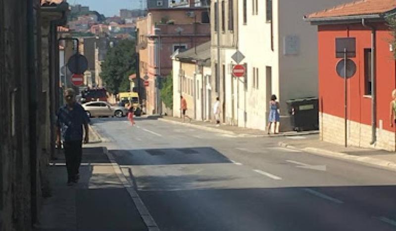 Policijski službenici utvrdili da je muškarac gurnuo profesoricu u zid-121604